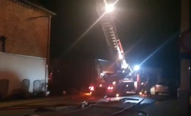 Zware brand in woning die volledig gerenoveerd wordt: pand onbewoonbaar, eigenaar loopt brandwonden op