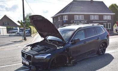 Wagen verliest wiel na botsing met vangrail