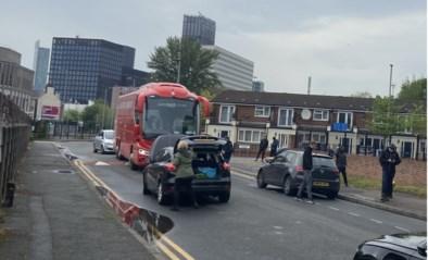 Ploegbus van Liverpool geblokkeerd in straten van Manchester, banden plat gestoken door hooligans