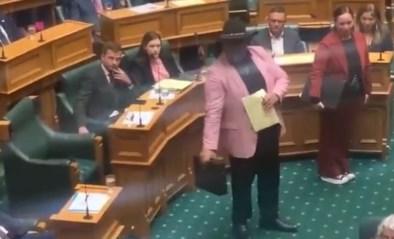 Maori-parlementslid voert haka uit tijdens zitting in Nieuw-Zeeland en wordt weggestuurd