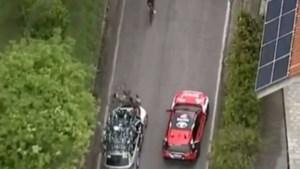 Pieter Serry pardoes onderuit geramd door onoplettende ploegleiderswagen van BikeExchange, chauffeur wordt uit koers gezet