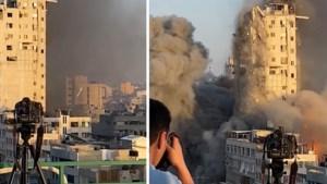 Fotograaf blijft onbewogen zijn werk doen wanneer appartementsgebouw gebombardeerd wordt