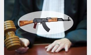 """Procureur-generaal richt kalasjnikov op beklaagden in rechtbank: """"Waar denk je dat die voor dienen?"""""""