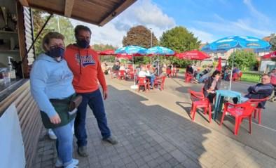 """Jurgen (39) en Sasa (40) konden hun café niet heropenen, tot kaatsbalclub met oplossing kwam: """"Nu hebben we het grootste terras van de stad"""""""