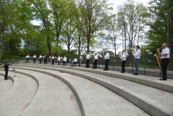 Fanfare houdt muzikaal eerbetoon aan coronaslachtoffers