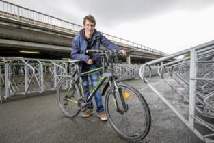 'Vriendelijke' dief steelt wielen van mountainbike, maar steekt er andere in de plaats