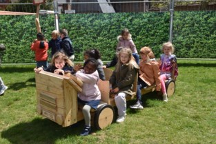 School koopt woning om kleuters grote speeltuin te geven