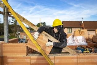 """Pak bouwvergunningen geweigerd omdat één personeelslid ziek is: """"Drama voor alle gedupeerden"""""""