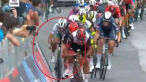 Ongelooflijk: Peter Sagan rijdt in volle Giro-sprint tegen dranghek, maar blijft als bij wonder recht
