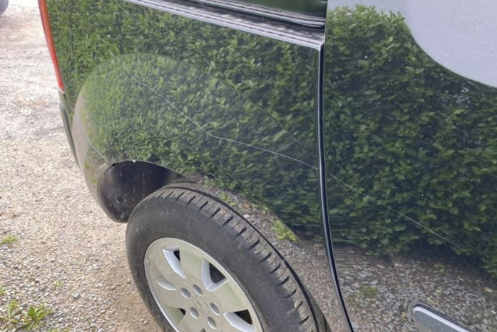 Geparkeerde wagen zwaar beschadigd