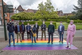 Regenboogvoetpad om te tonen dat iedereen welkom is in Ronse