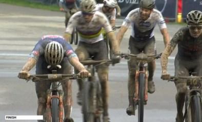 """Mathieu van der Poel en Tom Pidcock zorgen voor bloedstollende mountainbikewedstrijd: """"Ik had wel geen topbenen"""""""