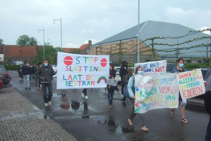 """Protestmars tegen samengaan vrij en gemeentelijk onderwijs: """"Een traan van verdriet, onze Regenboog krijg je niet"""""""