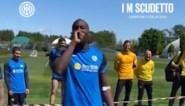De sfeer is goed: Romelu Lukaku is speaker van dienst bij bokswedstrijd tussen aanvalsmaatje en Antonio Conte na relletje