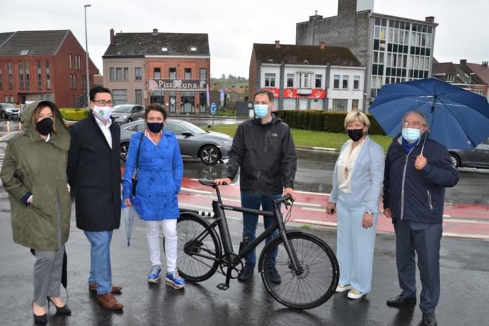 """Mobiliteitsminister bezoekt N48: """"Grote noodzaak aan veilige fietspaden langs deze baan"""""""