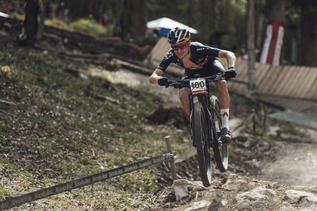Oppermachtige Tom Pidcock klopt Mathieu van der Poel in Wereldbeker mountainbike in Nove Mesto