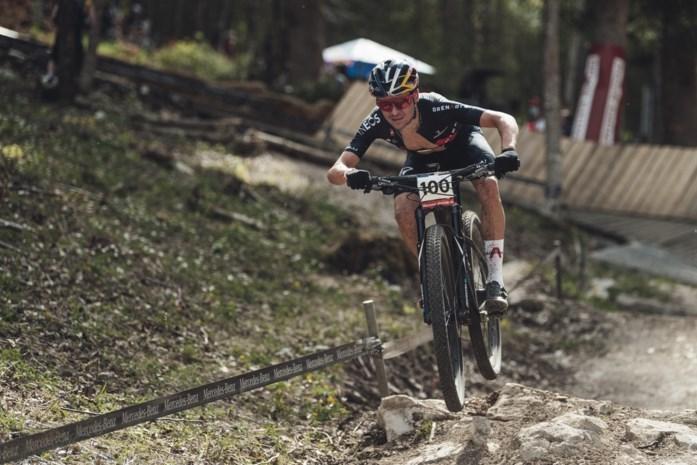 """Tom Pidcock (5de) houdt Mathieu van der Poel (7de) af tijdens wereldbeker mountainbike in Albstadt: """"Hij heeft zich goed geamuseerd"""""""