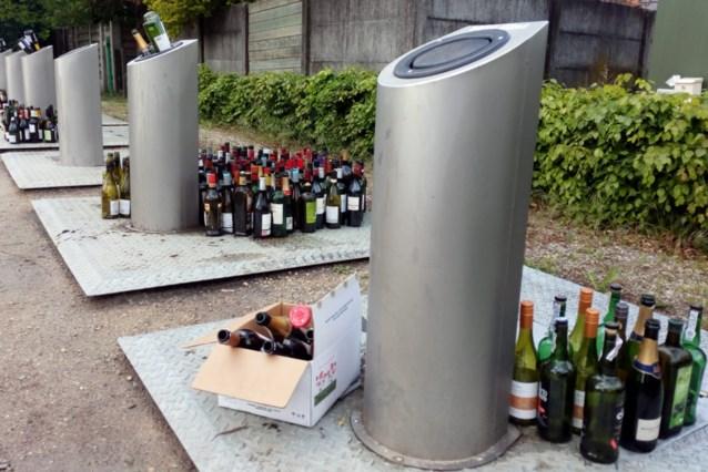 Daarom komt er dus een camera: heleboel flessen rond de glascontainers, in plaats van erin