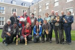 Bedevaarders halen nieuw beeldje op in Sint-Dimpnakerk
