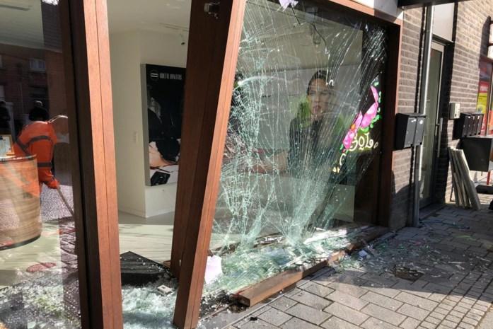 """Auto komt door aanrijding in vitrine van optiekzaak terecht: """"Toen ik het glas hoorde rinkelen, wist ik dat het onze etalage was"""""""