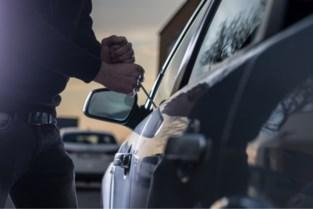 Vandalen breken binnen in auto