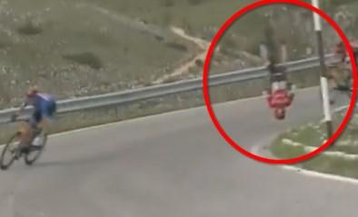 Spectaculaire val in Giro: Mohoric gaat letterlijk over de kop in afdaling, fiets breekt in twee en Sloveen naar ziekenhuis