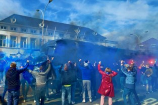 Honderden Club Brugge-fans trakteren spelersbus op vuurwerk