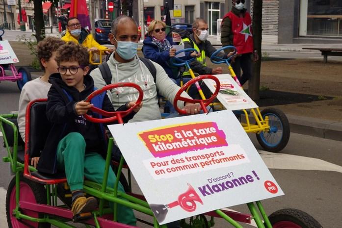 """PVDA protesteert met go-carts tegen kilometerheffing: """"De regering heeft gelogen"""""""