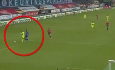 Doelman Hubert van KV Oostende krijgt rode kaart voor deze ingreep, Bezus laat zich maar al te graag vallen...