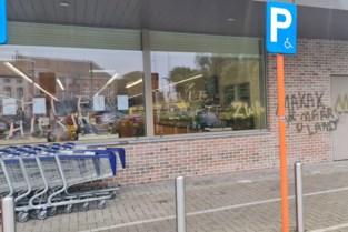 """Racisten bekladden pas geopende halalsupermarkt: """"Het is uit jaloezie want bij kleinere winkels zie je dat niet"""""""