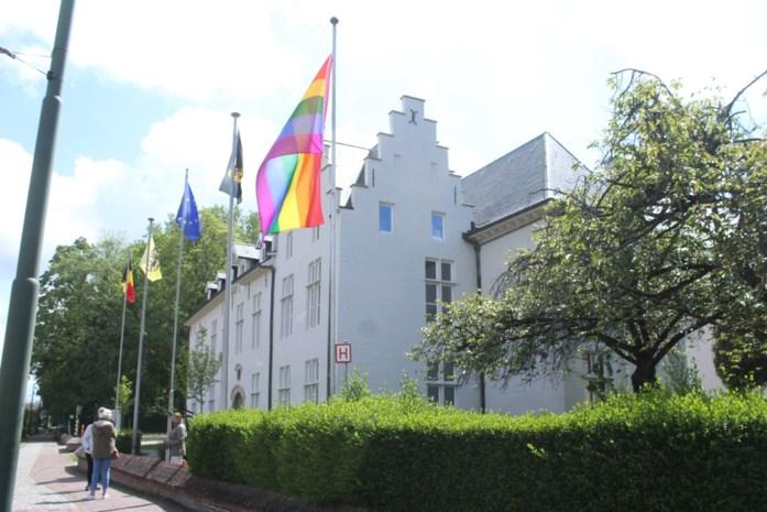 """Drogenbos hangt dan toch regenboogvlag uit: """"Symbool voor openheid en vrede"""""""