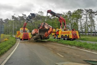 Paar uur verkeershinder in Ham nadat bouwkraan van oplegger valt