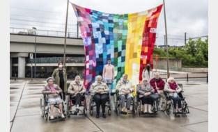 """Roeselare hijst metershoge regenboogvlag: """"Dit is een stad voor iedereen"""""""