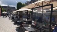 """Leuven gaat nu toch streng optreden tegen plexiglas op horecaterrassen: """"Ik verlies een derde van mijn tafels"""""""