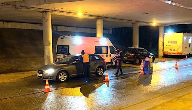 Politie betrapt passagier met opengedraaide fles lachgas tussen benen