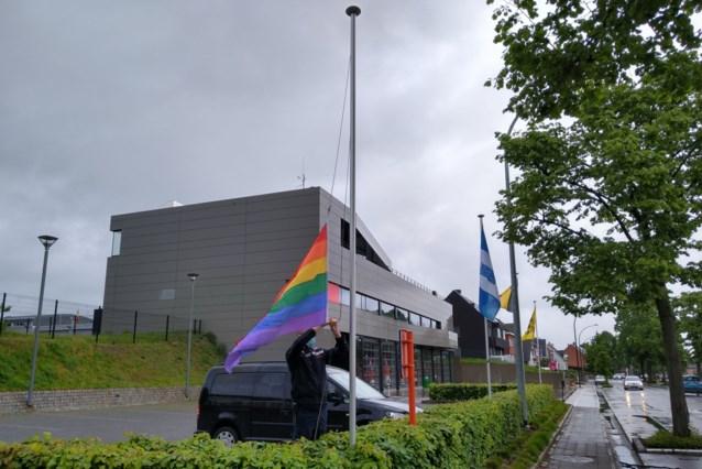 Regenboogvlag wappert aan brandweerkazernes Rivierenland