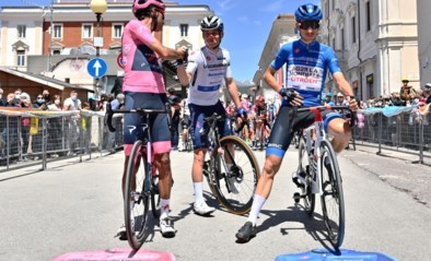 """Ook naast de fiets kunnen Remco Evenepoel en Egan Bernal elkaar niet met rust laten: """"Ik liet je die tussensprint winnen hoor"""""""