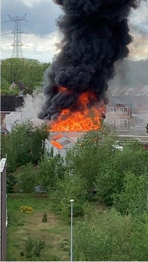 Verlaten bedrijfspand brandt als een toorts in centrum van Herentals