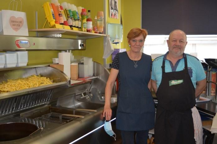 """Frituristen Freddy en Anneke zijn na 45 jaar uitgebakken: """"Hopelijk kunnen we nog een groot afscheidsfeest geven"""""""