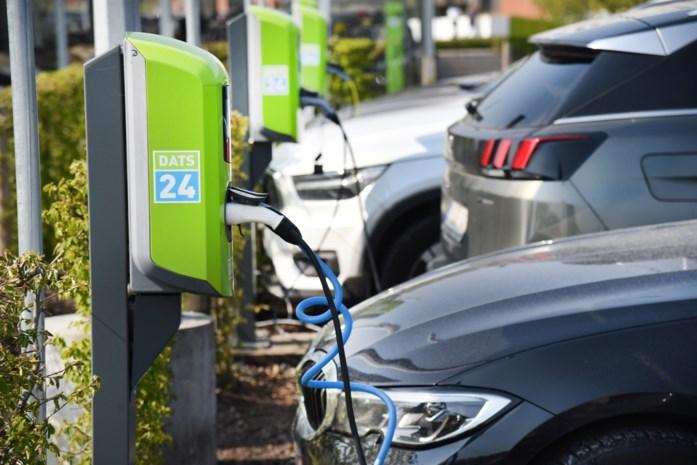 Volstaat stopcontact voor elektrische auto? Kan je overal laadpaal installeren? En hoe zit het in de stad?