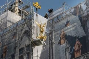 Restauratie Provinciaal Hof bereikt hoogste punt: aartsengel prijkt weer op het dak