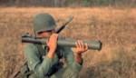Een raketwerper en een machinepistool: met deze wapens ging de militair aan de haal