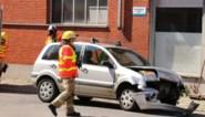 Twee wagens botsen op kruispunt, bestuurder gewond
