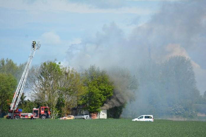 Uitslaande brand vernielt loods op boerderij, woning onbewoonbaar door asbest