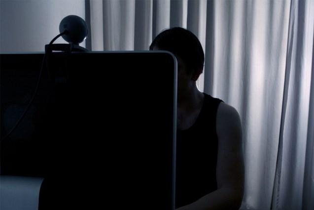 """Vader (47) maakt stiekem pornografische video's van achtjarige dochter en verspreidt die via internet: """"Misselijkmakend"""""""