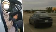 """Politie betrapt bestuurder voor derde keer terwijl hij dutje doet in zelfrijdende Tesla: """"Gewoon een beetje moe"""""""