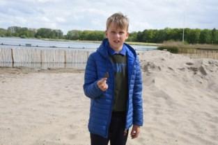 """Samuel (12) vindt prehistorische haaientand in het zand van recreatiedomein: """"Ik wist meteen dat het iets speciaals was"""""""