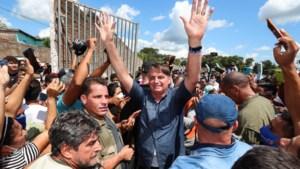 Braziliaanse president krijgt boete omdat hij zich zonder mondmasker in massa begeeft
