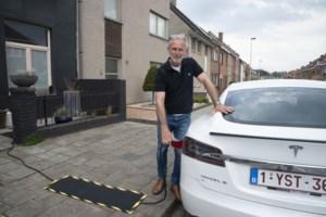 Brugge laat eigenaars van elektrische auto's hun kabel over het trottoir leggen: zullen andere gemeenten nu volgen?