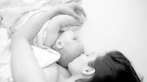 Zo uitputtend is het moederschap: filmpje toont hoe baby zijn mama de hele nacht bezighoudt